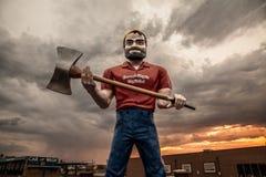 Travailleur géant sous un ciel nuageux photo stock