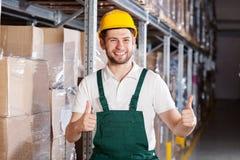 Travailleur heureux d'entrepôt image stock