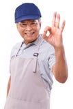 Travailleur heureux de sourire donnant le geste de main correct Photographie stock