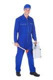 Travailleur heureux tenant la boîte à outils et le plongeur Photo libre de droits