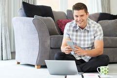 Travailleur indépendant de sexe masculin à l'aide de l'ordinateur portable à la maison images libres de droits