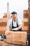 Travailleur industriel, maçon ou maçon étendant des briques et créant des murs Détail d'outil de niveau images stock