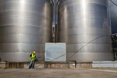 Travailleur lavant le site industriel images stock