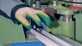 Travailleur méconnaissable à l'atelier industriel traitant le détail en plastique banque de vidéos