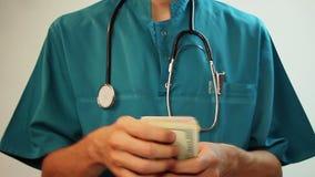 Travailleur médical comptant l'argent, corruption, soins de santé chers banque de vidéos