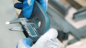 Travailleur mesurant le diamètre intérieur de la pièce de fer avec le calibre électronique clips vidéos