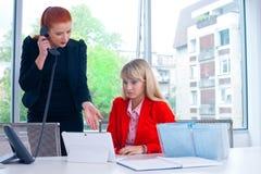 Travailleur nerveux du collègue deux dans le bureau avec l'ordinateur Image stock