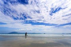 Travailleur nettoyant le Doc. Let Beach, Vietnam images libres de droits