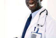 Travailleur noir de sexe masculin de docteur avec la tablette se tenant dans l'hôpital image stock