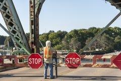 Travailleur observant l'envergure centrale du pont commémoratif comme elle se lève photographie stock