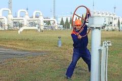 Travailleur ouvrant la grande valve Photo libre de droits