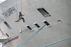 Travailleur peignant un bateau de croisière accouplé dans Hudson River, New York, Etats-Unis Photos stock