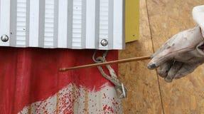 Travailleur pendant la remédiation de l'amiante du toit Photo libre de droits
