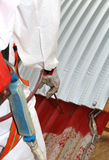 Travailleur pendant la remédiation de l'amiante du toit Image libre de droits
