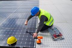 Travailleur photovoltaïque photo libre de droits