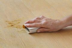 Travailleur ponçant la planche en bois Images libres de droits