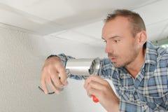 Travailleur prêt à installer l'appareil-photo de télévision en circuit fermé photo stock