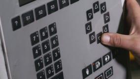Travailleur programmant le panneau d'affichage industriel de contrôle Ordinateur automatisé moderne d'équipement industriel  Plan banque de vidéos