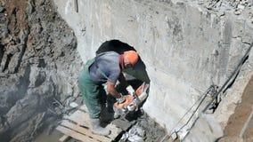 Travailleur réparant le collecteur de construction clips vidéos