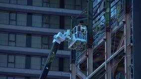 Travailleur réparant le panneau d'affichage (3 de 3) banque de vidéos
