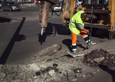 Travailleur réparant un pied-de-biche de marteau de route Image libre de droits
