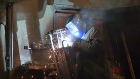 Travailleur rectifiant et soudant dans une usine Soudure sur un ensemble industriel Mouvement lent banque de vidéos