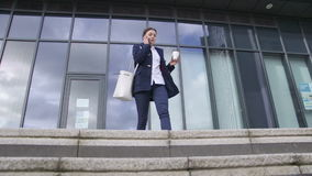 Travailleur rentrant à la maison banque de vidéos
