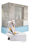 Travailleur sciant un panneau d'isolation Images stock