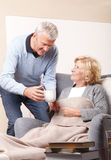 Travailleur social à la maison et patient supérieur Image stock