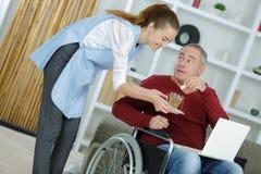 Travailleur social dans la maison de patients Photo stock