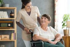 Travailleur social dans la maison de retraite Image stock