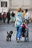 Travailleur social et dame handicapée Image libre de droits