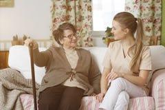 Travailleur social et femme s'asseyant sur un sofa Image libre de droits