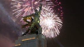 Travailleur soviétique célèbre de Rabochiy i Kolkhoznitsa de monument et femme ou travailleur kolkhozien et agriculteur collectif clips vidéos