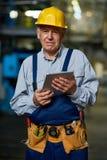 Travailleur supérieur posant avec la Tablette de Digital Photo stock