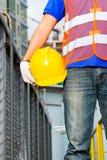 Travailleur sur le chantier de construction avec le casque ou le casque antichoc Photographie stock