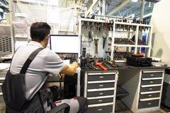 Travailleur sur le lieu de travail avec l'ordinateur et les outils Image libre de droits