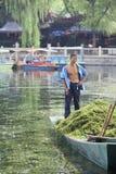 Travailleur sur un bateau dans le lac Houhai, Pékin, Chine Images stock