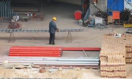 Travailleur sur un chantier de construction dans Xian, Chine Image libre de droits
