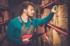 Travailleur sur un entrepôt photos libres de droits