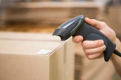 Travailleur tenant le scanner dans l'entrepôt images stock