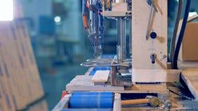 Travailleur traitant le détail en plastique à la machine industrielle banque de vidéos