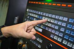 Travailleur travaillant avec la machine de commande numérique par ordinateur à l'atelier Images libres de droits