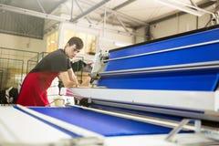 Travailleur travaillant dans l'industrie de tissu images libres de droits