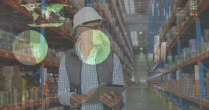 Travailleur vérifiant les paquets 4k banque de vidéos