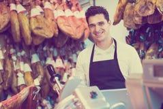 Travailleur vendant le jamon espagnol Image libre de droits