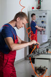 Travailleurs à côté des machines dans l'usine images libres de droits