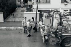 Travailleurs à l'aide du camion de système d'égouts et du grand tuyau travaillant au clogg Photographie stock
