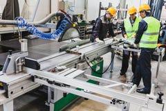 Travailleurs à l'atelier de construction mécanique de commande numérique par ordinateur Images stock