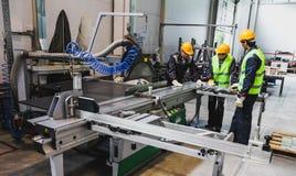 Travailleurs à l'atelier de construction mécanique de commande numérique par ordinateur Photos libres de droits